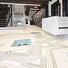 M4FOUR is een professionele fabrikant van gepersonaliseerde vloeren. We printen en leveren situatie-specifieke vinyl vloeren zonder beperkingen.