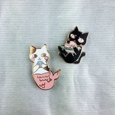 It's so so cute Cat Pin, Pin Art, Cool Pins, Pin And Patches, Pin Badges, Crazy Cat Lady, I Love Cats, Lapel Pins, Pin Collection