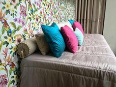 DECORAÇÃO REFLETIDA | Além de decorativas, as almofadas podem ser usadas para refletir  as cores dominantes da decoração. Neste caso, no nosso Showroom, elas espelham os tons vibrantes do  papel de parede. #inspiracao #decoracao #ficaadica #almofadas #SpenglerDecor