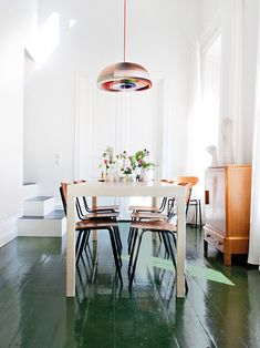 Att måla golvet är ju ett endaste ingrepp som gör väldigt stor inverkan på rummet. Vi är ganska vana att leva vårt liv på trägolvshor...