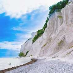 📍Møns Klint, Denmark 🇩🇰 . Throwback to when in Denmark 🇩🇰 to meet my friend @mettelisss 💙and her family.  These chalk cliffs are one of the most impressive landscapes I've ever seen: here the land 🌳suddenly seems to leave her way to the sea 💧. Impressive was also how, in the few hours we spent there, we got sun and rain twice 🌧☀. #ToExperienceTheWorld . . . . . . . . . . #Europe #Denmark #MønsKlint #naturelovers #explore #iphone #traveling #travelgram #adventure #igdaily…