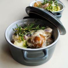 Cherry Potatoes á la crème  Ingrediënten:  1 kg Cherry Potatoes 1 theelepel olijfolie kipkruiden 125 gram kruidenkaas 125 ml crème fraîche  Bereidingswijze: Kook de aardappeltjes ca. 10 min. zonder zout. Giet ze af en laat ze een minuutje drogen. Voeg 1 theelepel olijfolie toe en schep even om. Bestrooi de krieltjes licht met wat kipkruiden.  Schep de aardappeltjes in een ovenschaal of een koekenpan met deksel. Voeg de kruidenkaas en de crème fraîche toe en laat nog even zachtjes smoren.