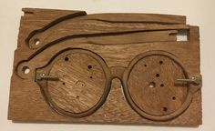 El yapımı ahşap güneş gözlüğü. / Handmade wooden sunglasses.