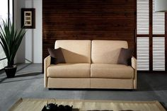 Sofá cama de alta calidad y diseño actual con brazo muy estrecho, ideal para espacios pequeños, equipado con un somier Gold+ de gran rigidez, completamente plano y un colchón de 2 metros de largo y 13 cm de grueso.  Guarda la cama hecha con las dos sábanas, una colcha. No hay que quitar los almohadones para abrir la cama.  Su comodidad como cama es equiparable a cualquier cama fija, y su comodidad cómo sofá a la de los mejores sofás fijos. Sólo usted sabrá que tiene una cama dentro.