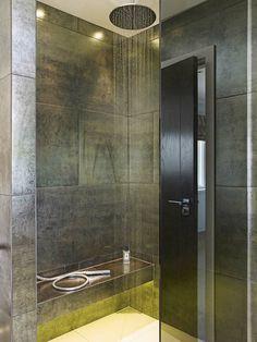 Une des salles de bains de cette maison de charme au design moderne