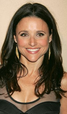 Julia Louis-Dreyfus - Like other Saturday Night Live alumni, Julia Louis-Dreyfus ---- made the move to feature films, but she achieved true stardom on TV as Seinfeld Beautiful Old Woman, Beautiful People, Beautiful Life, Hailey Baldwin, Galas Photo, Cute Country Girl, Julia Louis Dreyfus, Sexy Older Women, Aging Gracefully