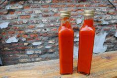 DIY Sriracha: een behoorlijke pittige, fris-zure Thaise chilisaus gemaakt van simpele ingrediënten zoals verse chilipepers, knoflook, azijn, suiker en zout. Fijn detail: het is helemaal niet moeilijk om zelf te maken! Snijd de …
