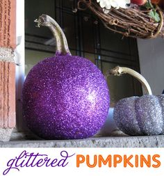 OMG - I HAVE to do this for next Halloween! how-to-make-glitter-pumpkins. so doing this for Halloween. Diy Halloween, Holidays Halloween, Halloween Pumpkins, Happy Halloween, Halloween Clothes, Haunted Halloween, Halloween Games, Halloween Table, Costume Halloween