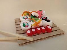 bandeja sushi dulce. sushi de chuches, nubes y regaliz rellenitos. dulce de sushi,come gominolas con palillos