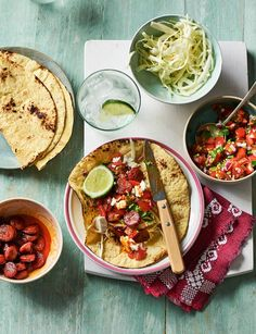 This chorizo taco recipe with Mexican salsa and feta is ready in half an hour - ideal for a Friday night feast with friends. Pork Recipes, Cooking Recipes, Healthy Recipes, Healthy Dinners, Midweek Meals, Healthy Food, Healthy Eating, Chorizo Tacos