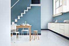 Le duo de bleus fait ressortir les éléments de cette cuisine blanche