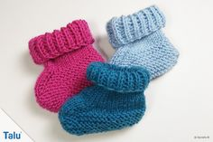 Knit baby shoes: baby booties - instructions for beginners - Talu.de : Talu shows how to knit baby booties in this beginner& guide. These baby booties are sugar-sweet and not that complicated. We show each step in the knitting instructions on pictures! Crochet Pullover Pattern, Crochet Socks, Knitting Socks, Knit Baby Shoes, Crochet Baby Booties, Baby Girl Shoes, Baby Boots, How To Start Knitting, Knitting For Kids