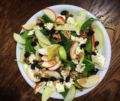 GATIM, MANCAM, SAVURAM: Salata de spanac cu mere, nuci si merisoare