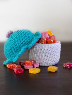 free crochet pattern to make an amigurumi cupcake container. Easy to follow instructions.