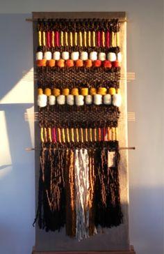 Telaresytapices .... Maria Elena Sotomayor : Telares al sol del atardecer ... Weaving Textiles, Weaving Art, Weaving Patterns, Tapestry Weaving, Loom Weaving, Wall Tapestry, Textile Patterns, Hand Weaving, Weaving Wall Hanging