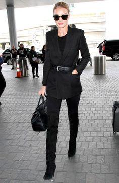 Se ainda não estiver segura com a trend, experimente incorporá-la em um look all black, para que não se destaque tanto. Amamos o de Rosie Huntington-Whiteley!