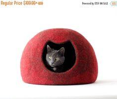 Cama de gato - cueva - casa gato de lana afieltrada - la cama del gato marrón rojo rojo gato - hecha por encargo  Nuevo diseño cama de gato para tus gatos!  Es acogedor y confortable cama para tu gato hecho a mano de lana natural.  Tamaño S - ancho aproximadamente 11,8  (30cm), profundidad de 14,5  (37cm), altura unos 11,4  (29cm); Tamaño M - anchura unos 12,6  (32cm), profundidad de 15,7  (40cm), altura aproximadamente 12,2  (31cm); Tamaño L - ancho de 13,3  (34cm), profundidad…