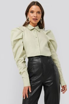 This shirt features a classic collar, button closures along the front, a puffy shoulder and long sleeves with a double button cuff. Chicwish Skirt, Chic Outfits, Fashion Outfits, Pantalon Costume, Haut Bikini, Style Casual, Shoulder Shirts, Blouse Online, Fashion Details