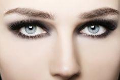 Smokey Eyes for blue eyes - make-up tips and instructions Grey Makeup, Blue Eye Makeup, Gray Eyes, Blue Eyes, People With Green Eyes, Make Up Gesicht, Smoked Eyes, Hazel Eyes, Tips Belleza