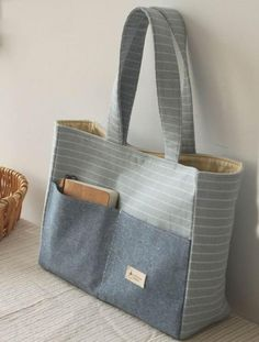 Bags for carrying desired items - Marion Desens - SABINE Katzur - Handytasche Fabric Handbags, Fabric Bags, Denim Handbags, Linen Fabric, Patchwork Bags, Quilted Bag, Bag Quilt, Diy Sac, Bag Patterns To Sew