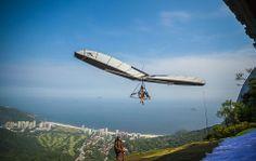 Homem sobrevoa o Rio de Janeiro de asa delta/Brasil