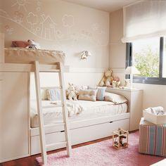 Habitación infantil con litera, cama nido y espacio central para jugar