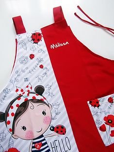 Estola para maestra personalizada Amapolas Roja. Linda y cómoda. Childrens Apron Pattern, Childrens Aprons, Homemade Aprons, Kids Vest, Zipper Pouch Tutorial, Sewing Aprons, Kids Apron, Applique Dress, Sewing For Kids