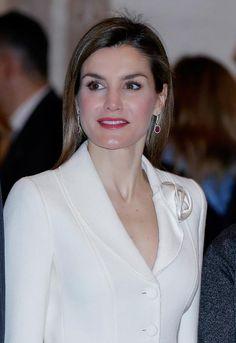 Como joyas, la Reina Letizia se ha puesto los pendientes de oro blanco y rubíes. Reunión del Real Patronato del Museo Nacional del Prado. 2.6.2016