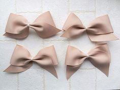 もっと!ふんわりリボンの作り方 Flower Hair Clips, Flowers In Hair, Bow Tie Hair, Bow Bow, Ideas Hogar, Gift Bows, Making Hair Bows, How To Make Bows, Hair Pins