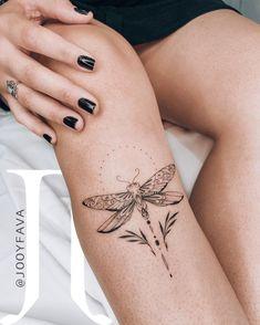 Inspirações de tattoos femininas na canela e coxa. Tatuagens de escritas finas e delicadas e de Libélulas no estilo fineline.  Artes criadas pela artista brasileira Jooy Fava. Clique para saber mais sobre o trabalho dessa tatuadora e ver outras tatuagens dela. Delicate Tattoos For Women, Simplistic Tattoos, Wrist Tattoos For Women, Tattoos For Women Small, Small Tattoos, Cute Tattoos, Beautiful Tattoos, Body Art Tattoos, Sleeve Tattoos