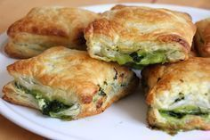 Blätterteig Spinat-Feta Snack If friends come by for a beer, then this spinach-feta snack in puff pastry crust is just the right complement. The puff pastry spinach feta sn Grilling Recipes, Veggie Recipes, Lunch Recipes, Appetizer Recipes, Healthy Recipes, Shrimp Recipes, Cake Recipes, Pizza Recipes, Vegetarian Recipes
