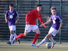 #Kasim #Özdemir rennt mit dem Ball dem #TeBe Gegenspieler davon.