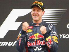 Sebastian Vettel hat allen Grund sich ins Fäustchen zu lachen. Beim Rennen zum Großen Preis von Südkorea hat sich der deutsche Formel-1-Pilot überzeugend den Sieg gesichert und auch wieder an die Spitze der Fahrerwertung gesetzt.  Der Red-Bull-Fahrer hat damit seine Aussichten den Weltmeistertitel zum dritten Mal zu holen wesentlich verbessert, zudem die Konkurrenten von McLaren Mercedes bereits aufgesteckt haben. (Foto: Diego Azubel/dpa)
