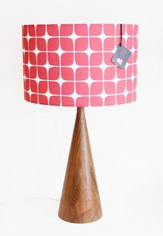 Coucou ! J'ai découvert cet article génial sur Etsy, sur http://www.etsy.com/fr/listing/155221397/table-lamp-mid-century-inspired-black