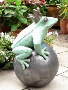 Der Keramik-Froschkönig auf unserer Terrasse in Hof.