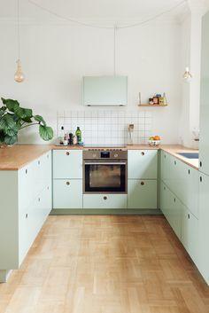 IKEA Hack Küche: Basis 01 Küche in der Frontfarbe S2005-G20Y (grün) mit Griffen aus Eichenfurnier und einer Arbeitsplatte aus Eiche massiv.