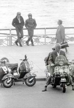 Looks like Mods with a couple of Rockers looking on! Piaggio Vespa, Lambretta Scooter, Vespa Scooters, Rocker Look, Mod Scooter, Teddy Boys, Rude Boy, Motor Scooters, Brighton And Hove