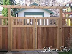 Driveway gate with open frame top and trellis Collecting ideas for the gate & fence that I intend to do this August. Cedar Gate, Wooden Fence Gate, Wooden Arbor, Cedar Fence, Driveway Fence, Backyard Gates, Backyard Pergola, Driveway Landscaping, Pergola Swing