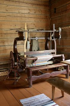 Riuttalan Talonpoikaismuseo - museum's rustic peasant atmosphere has remained intact and it's distinctive architecture provide a great Finnish attraction. Textile Art, Finland, Farmhouse, Museum, Rustic, Architecture, Country Primitive, Arquitetura, Retro