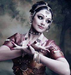 bharatnatyam dancer- love the makeup, jewelry and hair style she choose