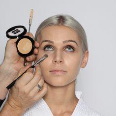 Step 2: Augengrundierung  Mit einem kleinen Concealerpinsel (Nr. 31) und der gleichen Grundierungsfarbe (bei dunklen Augenschatten eine Nuance heller oder eventuell roséfarben) die Partie unter den Augen und auf den Augenlidern grundieren. Dies dient zusätzlich als Haftung für den Lidschatten.