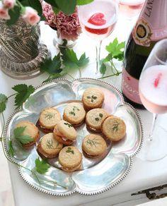 Champagnekex med parmesan och lax | ELLE mat & vin Falafel, Macarons, Parmesan, Camembert Cheese, Food, Xmas, Drinks, Drinking, Beverages