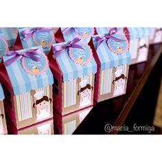 E pra finalizar... As lembrancinhas! Cupcakes nas caixinhas personalizadas!  Painel e toldo @cutecutefestas  Bolo, doces e biscoitos @elainemonteirobolos  Papelaria @festaemdesenho  Louças lindas @acasaesualocacoes  Peças decorativas, latas e bandeirola @arteriaatelie  Projeto, idealização e montagem @maria_formiga  Fotos Dani Torquato  #festapatisserie #patisserieparty #festamenina #festalinda #decoracaoinfantil #encontrandoideias #parisparty #paris