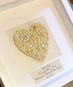 Ein schönes selbstgemachtes Geschenk zum 30. Hochzeitstag Pearl, feiern in einem white-Box-Rahmen montiert und nehmen Platz in jedem Haus!  Ein handgemaltes Herz und mit Array von Pearl, Diamante und Taste Verzierungen (Verzierungen variieren) zu einem besonderen Jubiläum, jedes Stück ist einzigartig, da keine 2 Herzen immer dasselbe sein!  Personalisiert mit Ihrer eigenen Nachricht, ist das Herz auf hohe Qualität, Elfenbein Schaumrückseite Karte entsprechend Ihrer persönliche Nachricht…