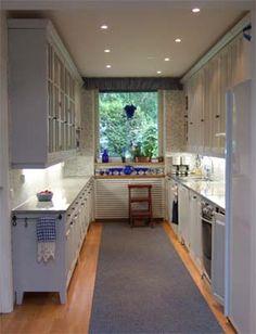 Tilava ja valoisa keittiö on maalattu vaalenharmaaksi #keittiö #valoisa #täyttäpuuta
