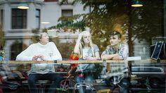Ungdom i Oslo på cafe.