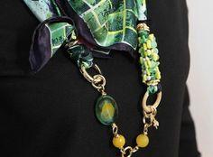 Foulard Mila Schon verde  100% seta firmato MILA SCHON, realizzato con pietre naturali agata e catena in ottone placcato oro.  #gioielli #foulard #collane #seta #madeinitaly #puglia