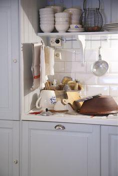 Livs Lyst Kitchen Sofa, Kitchen Decor, Kitchen Cabinets, Farmhouse Chic, Farmhouse Kitchens, Cottage Farmhouse, Modern Cottage, Blue Rooms, Kitchen Gadgets