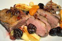 pierś z gęsi z jabłkami, suszonymi śliwkami, morelami i żurawiną, gęsina, przepis na pierś z gęsi, przepis na gęsinę, jak przyrządzić gęsinę, jak przyrządzić gęś, gęś, gęsina na św. Marcina, mięso z gęsi, gęś z owocami, gęsina z owocami Pork, Meat, Cooking, Polish, Christmas Meals, Kale Stir Fry, Kitchen, Pork Chops, Brewing