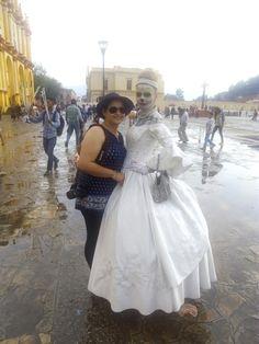 La Catrina y mi esposa Cerca de la Cátedral de San Cristóbal de las Casas